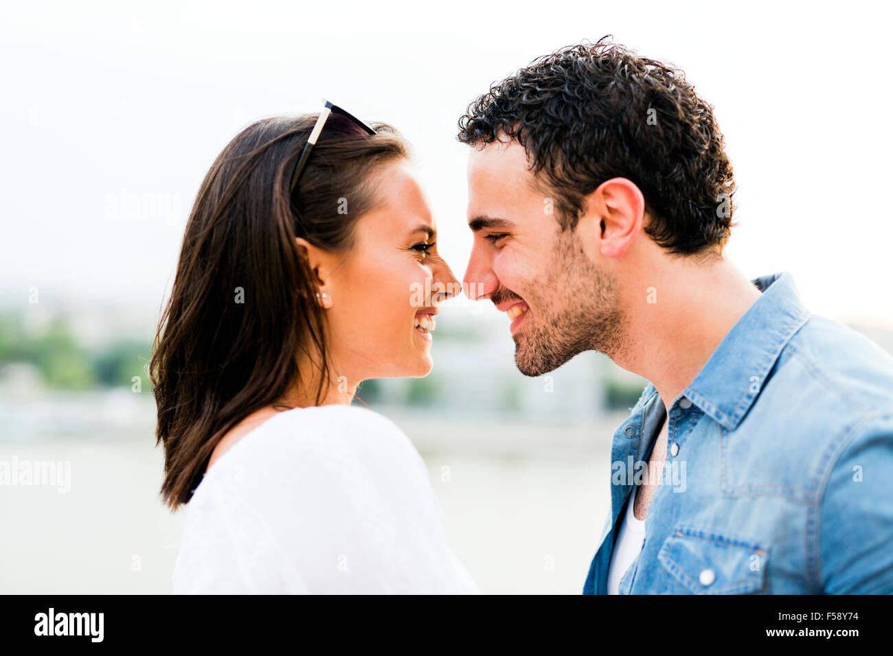 Giovane bella giovane sfregamento dei nasi come un segno di amore e circa a baciare ogni altro Immagini Stock