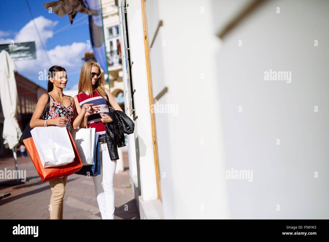 Due belle donne shopping e guardare vetrine del negozio Foto Stock