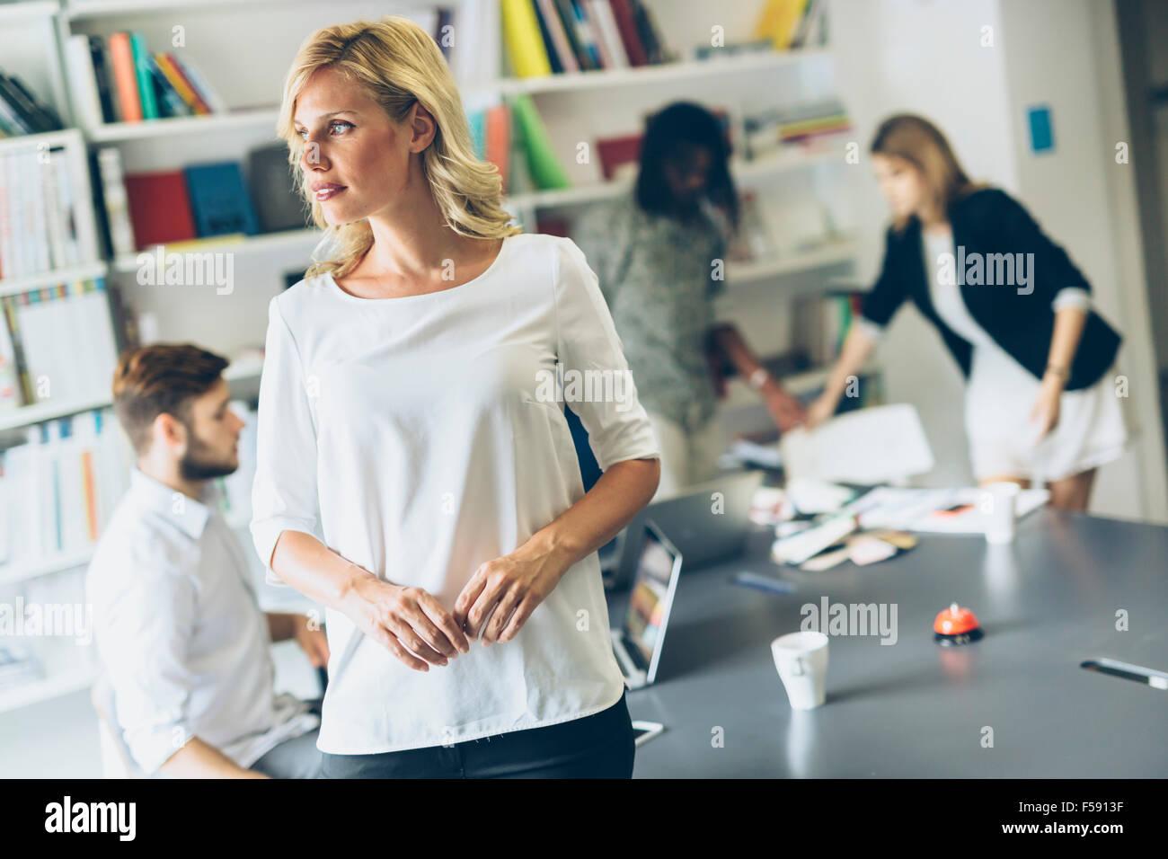 Ritratto di una bella imprenditrice in office Foto Stock