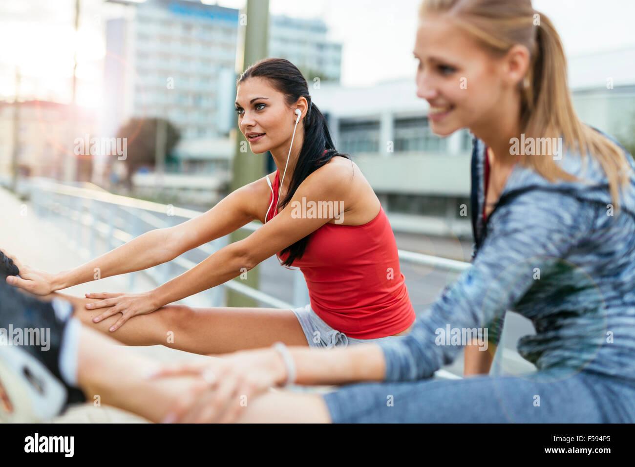 In fase di riscaldamento per jogging mediante stiramento muscolare dei piedi Immagini Stock