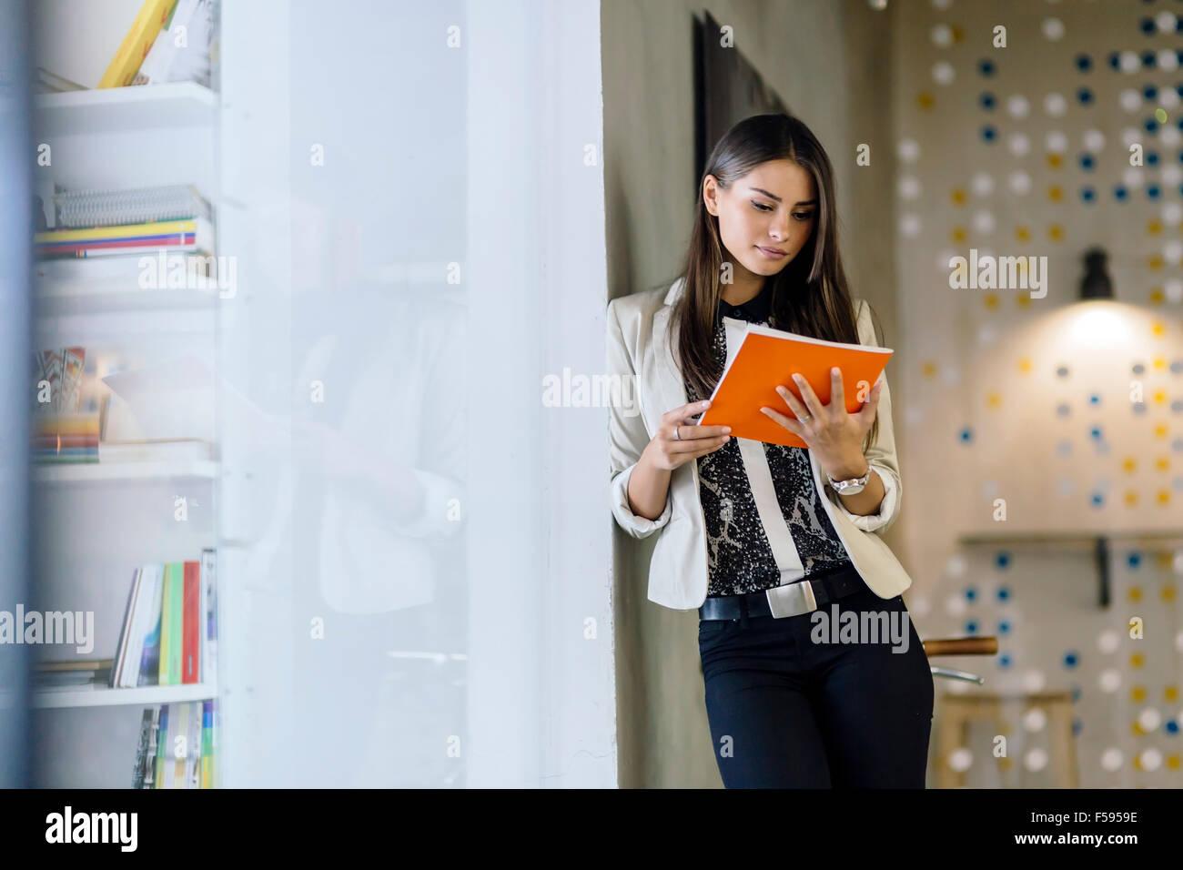 Imprenditrice tenendo un file office Immagini Stock
