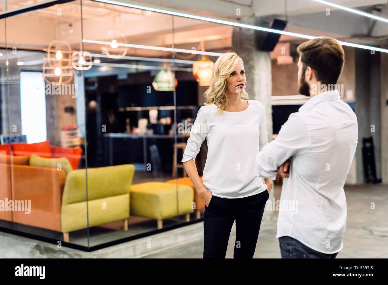Office talk tra colleghi di lavoro Immagini Stock