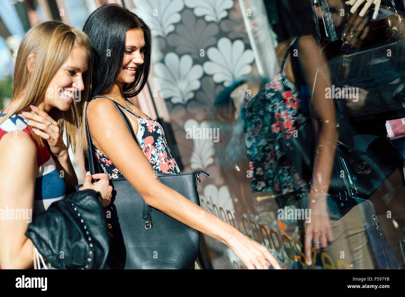 Due belle donne shopping e guardare vetrine del negozio Immagini Stock