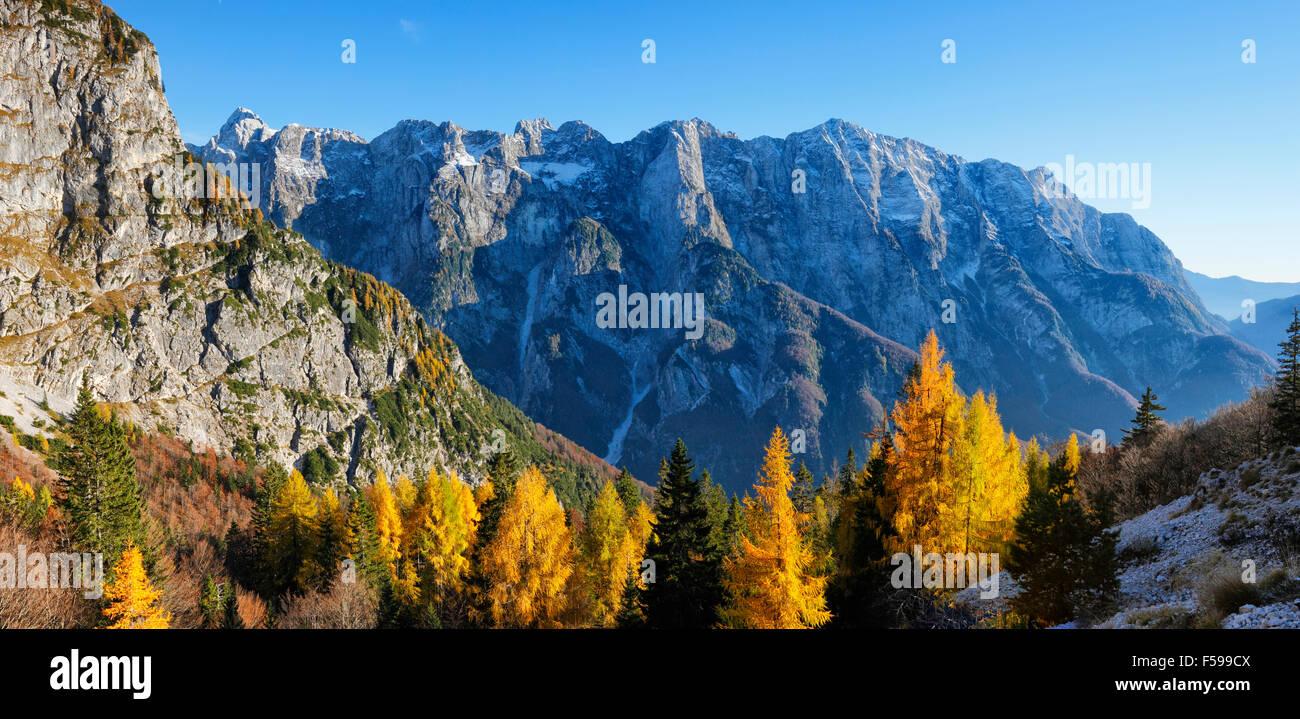 Paesaggio di montagna in un colorito autunno in Slovenia Immagini Stock