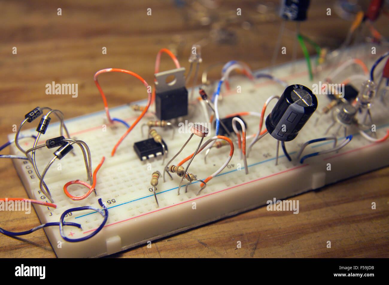 Sviluppo di un timer e foglia bagnata propogator circuito di controllo in una breadboard layout Immagini Stock