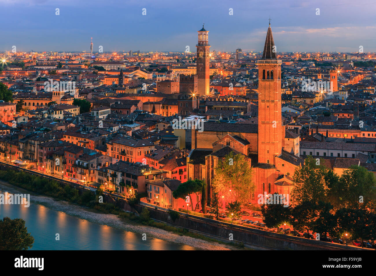 Chiesa di Santa Anastasia e Torre dei Lamberti al tramonto lungo il fiume Adige a Verona, Italia. Immagini Stock