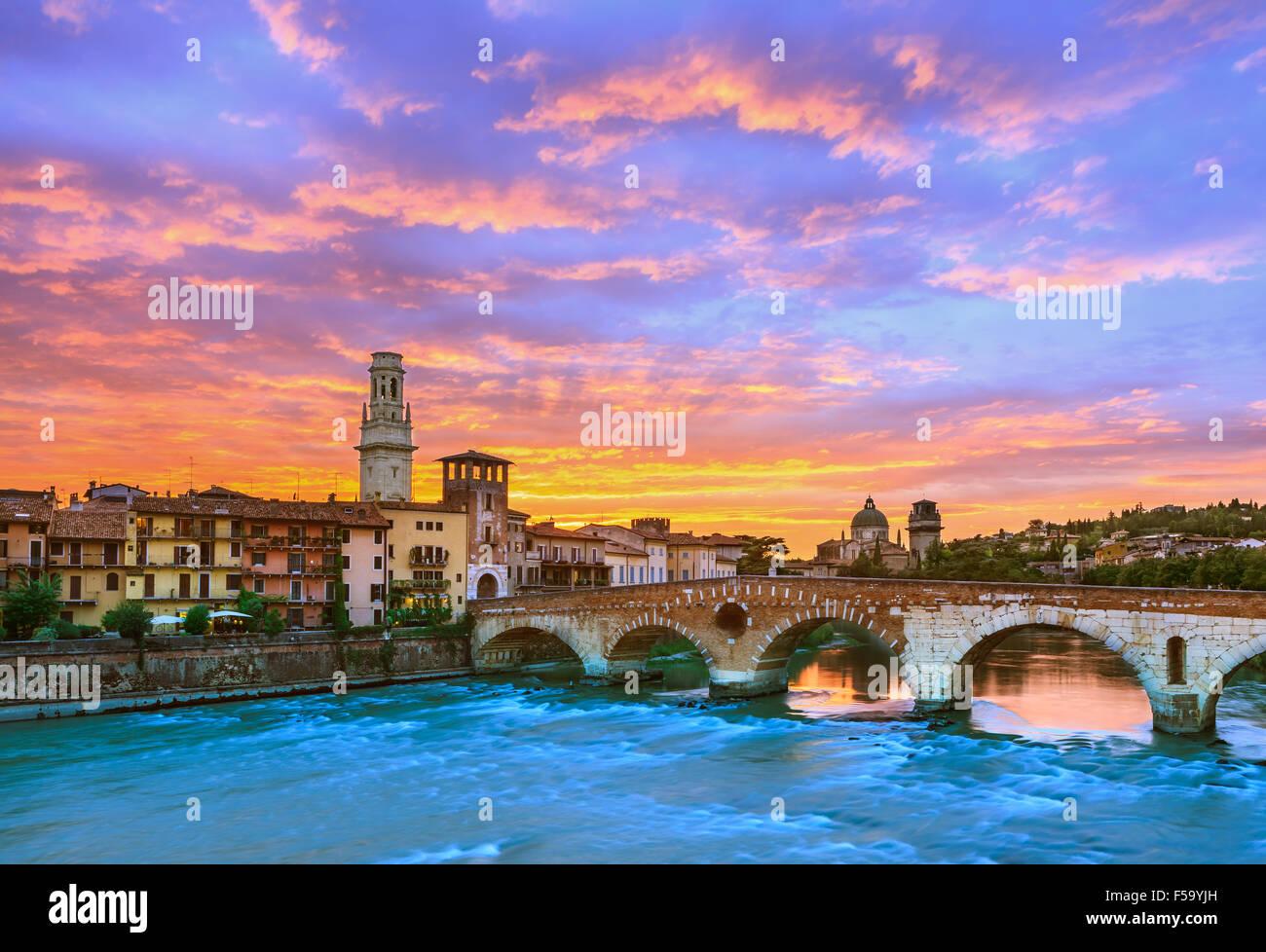 Ponte Pietra al tramonto sul fiume Adige a Verona, Italia Immagini Stock