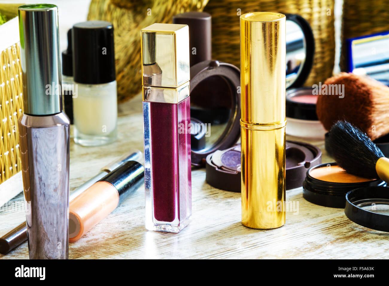 Mettere su make up prima di uscire Foto Stock