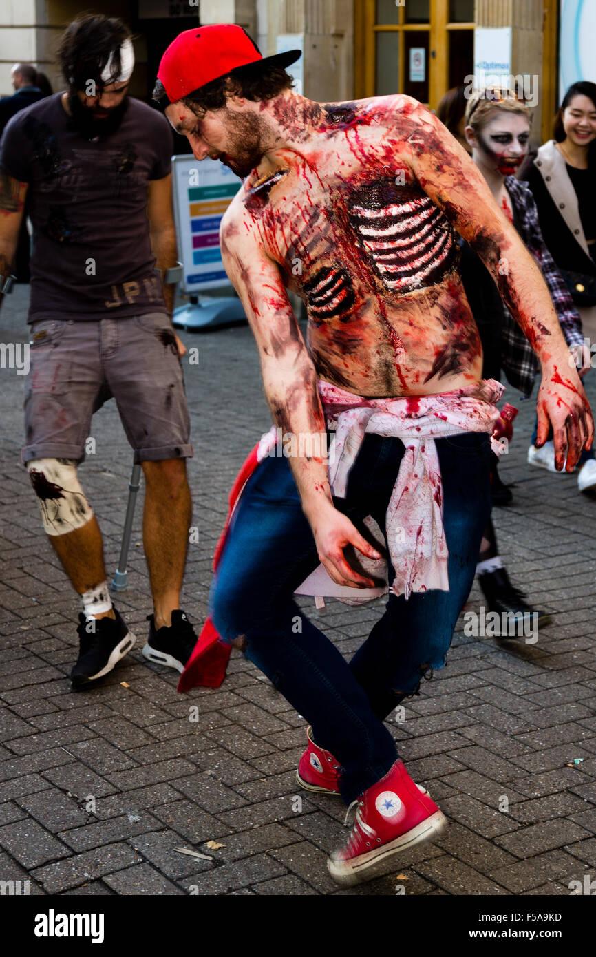 Bristol, Regno Unito. Il 31 ottobre, 2015. Bristol Zombie a piedi. Centinaia di giro vestito come zombie per Bristol Foto Stock