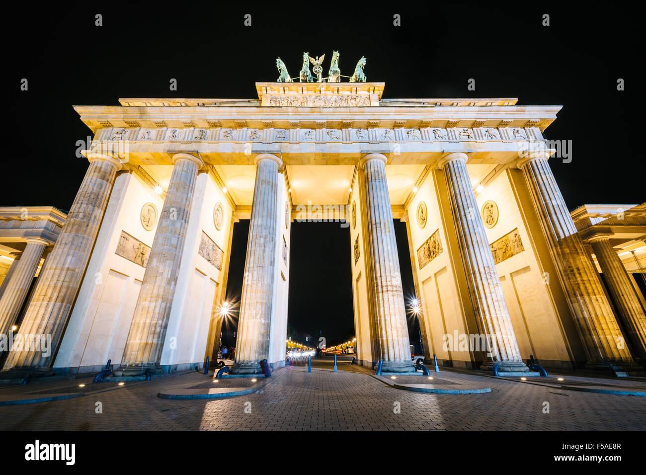 La Porta di Brandeburgo di notte, a Berlino, Germania. Immagini Stock