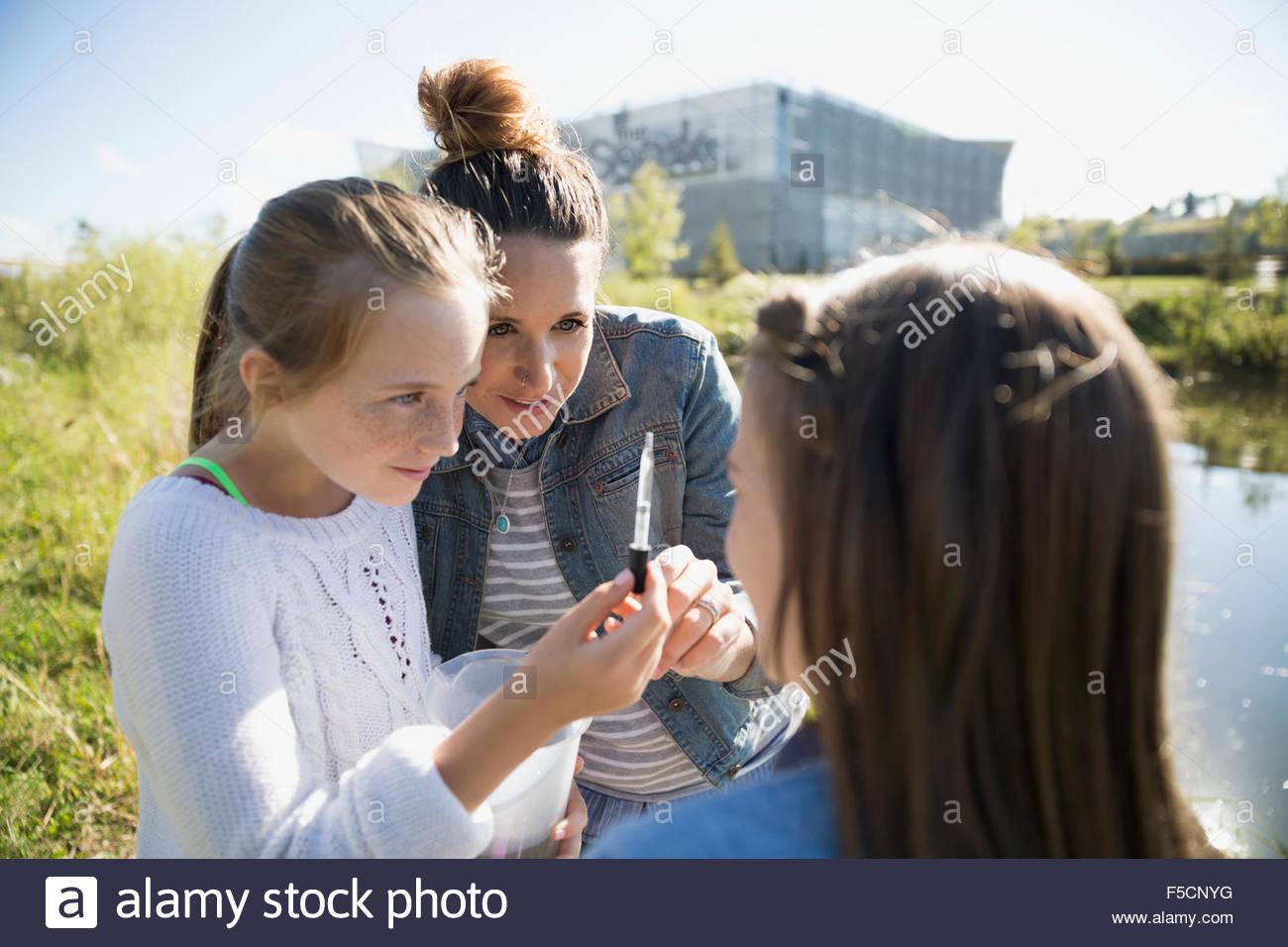 Insegnante di scienze e studenti acqua test Field Trip Immagini Stock