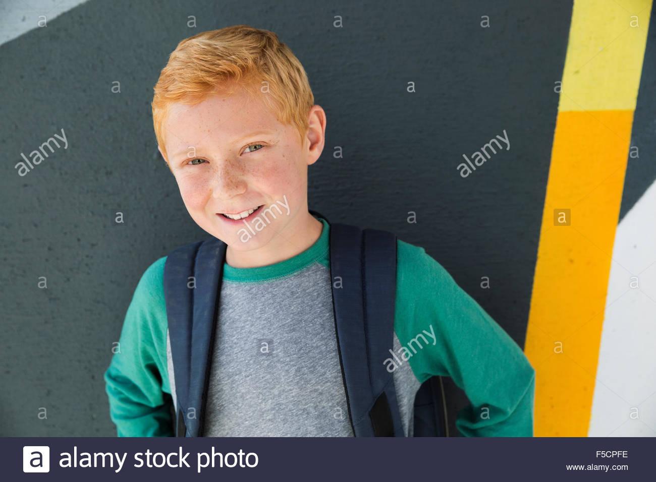 Ritratto fiducioso scolaro con capelli rossi Immagini Stock