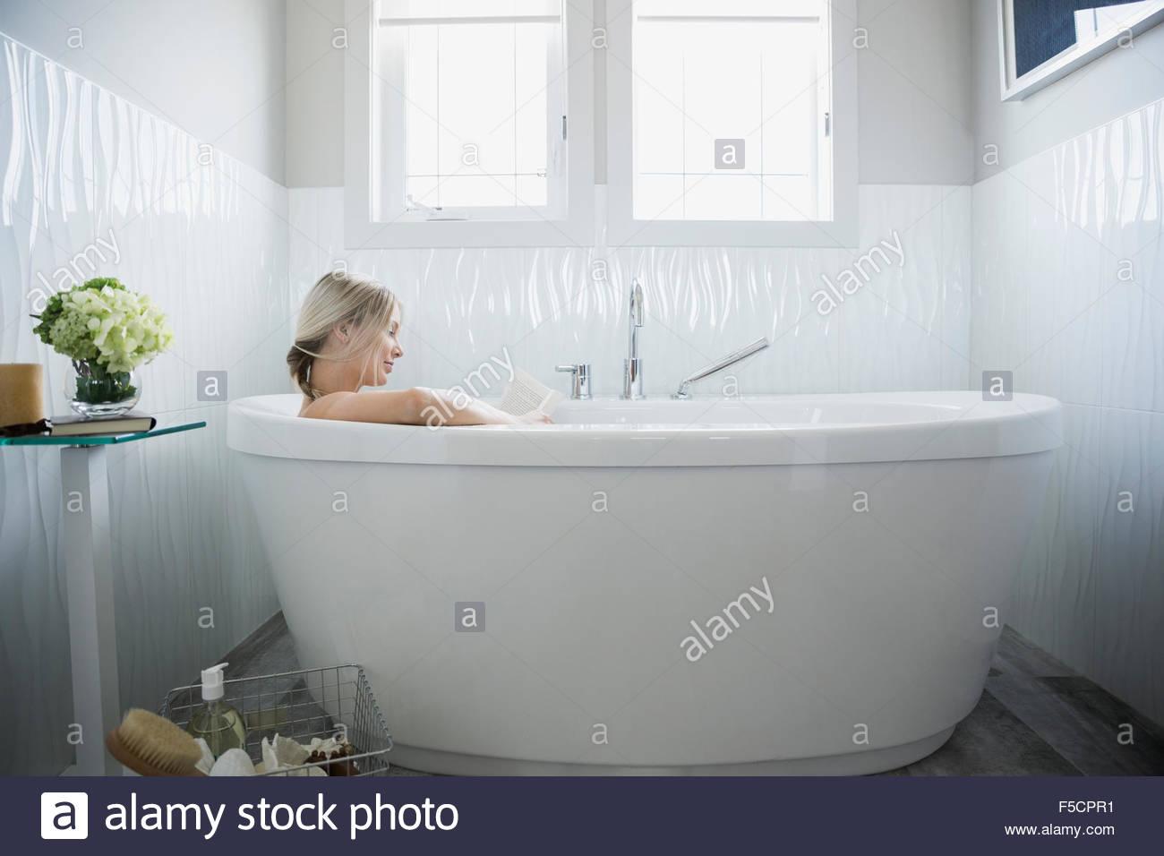 Vasca Da Bagno Espanol : La donna la lettura e il relax nella vasca da bagno foto & immagine