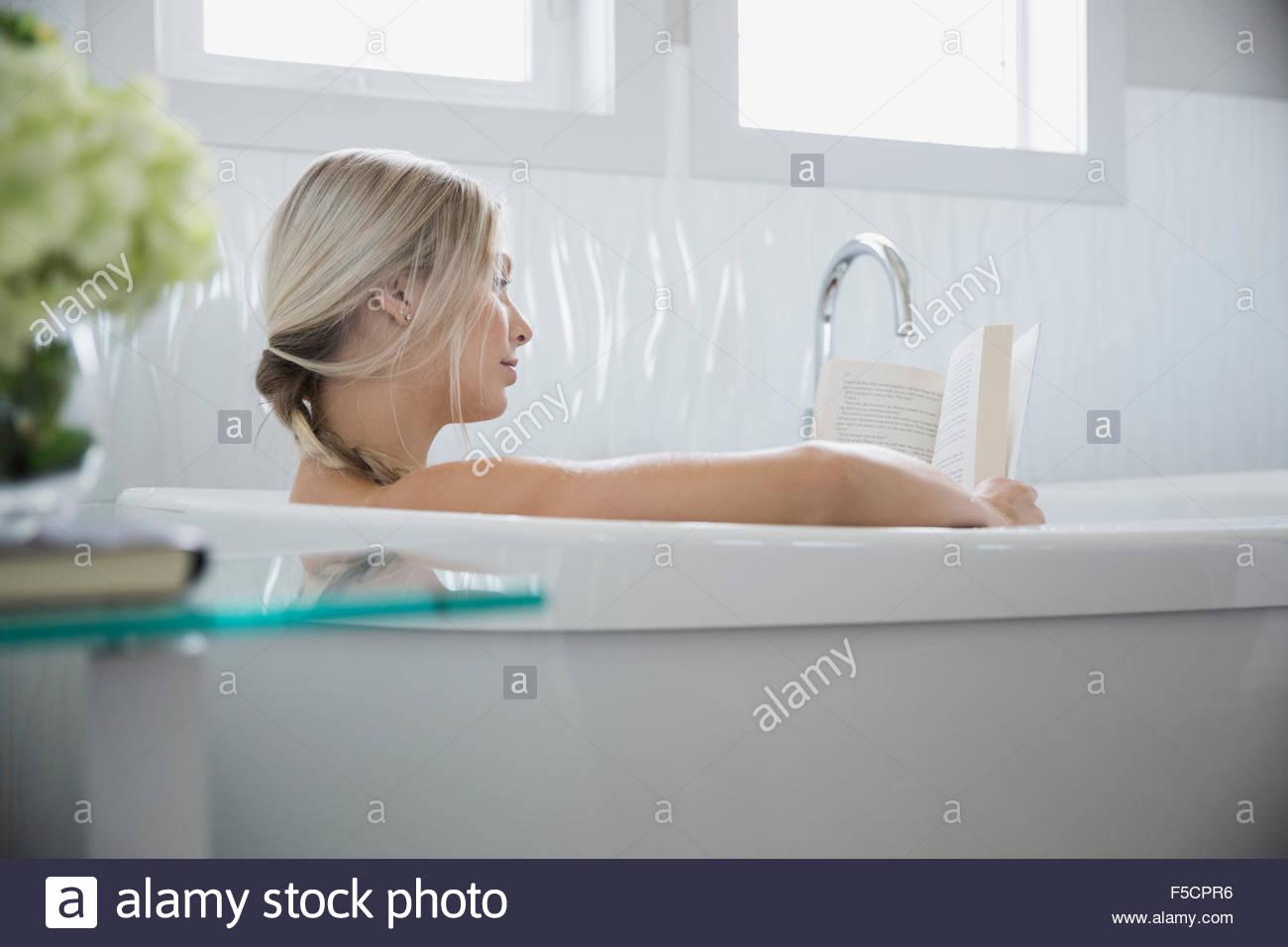 Vasca Da Bagno Relax : La donna la lettura e il relax nella vasca da bagno foto & immagine