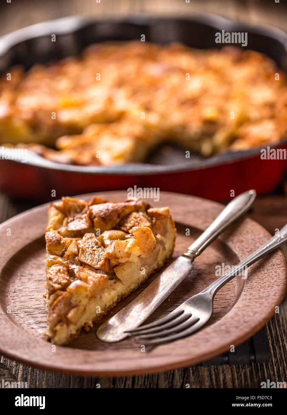 Rimozione di fetta di torta di mele, vista dall'alto Immagini Stock