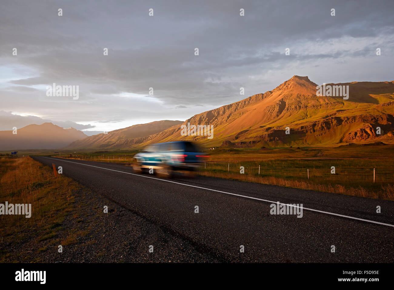 SUV sulla Route 1 (Ring Road) e il paesaggio di montagna vicino a Hofn, Islanda Immagini Stock