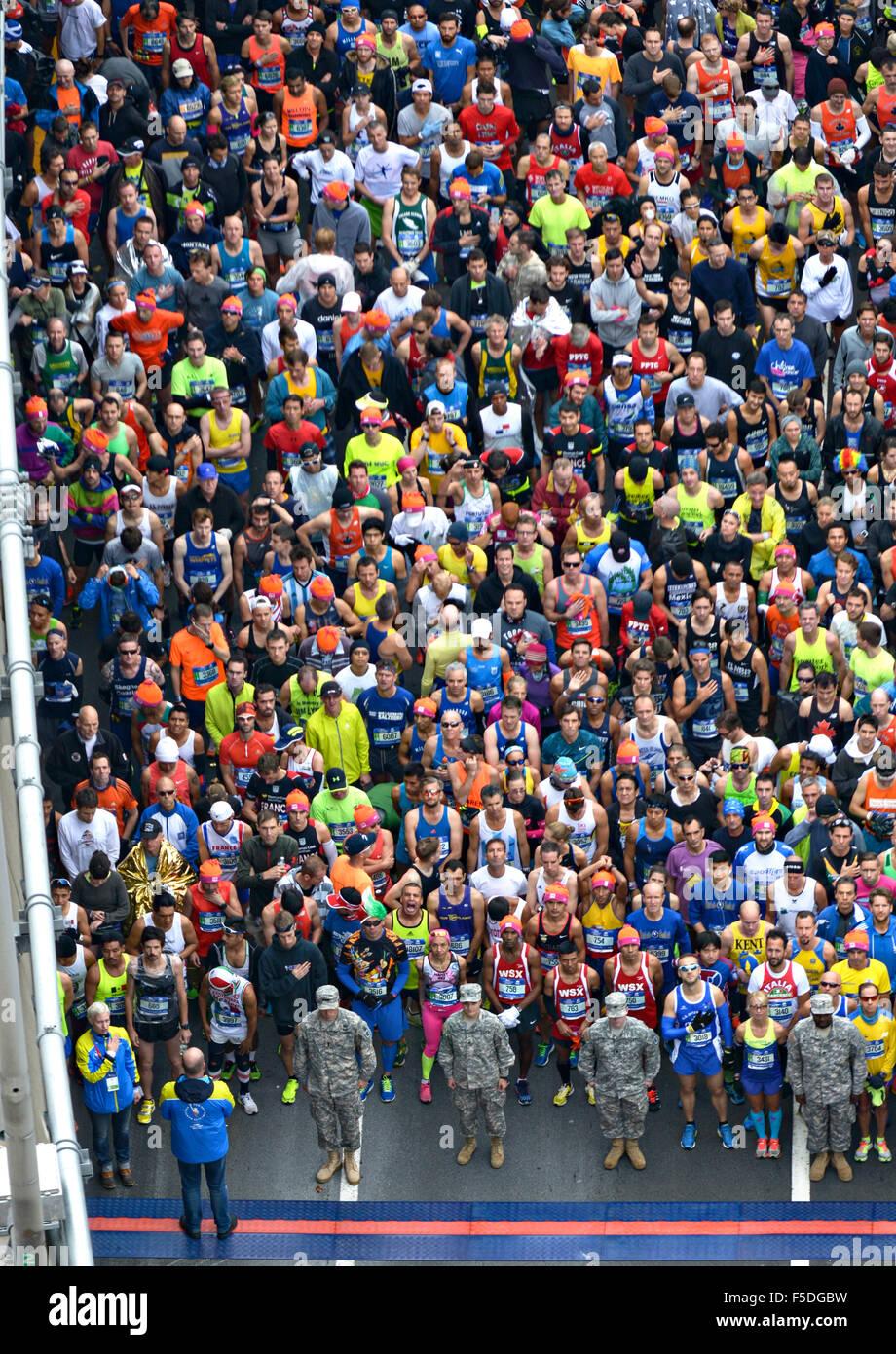 Vista aerea di corridori preparando per iniziare la maratona di New York al ponte VerrazanoÐNarrows Novembre Immagini Stock