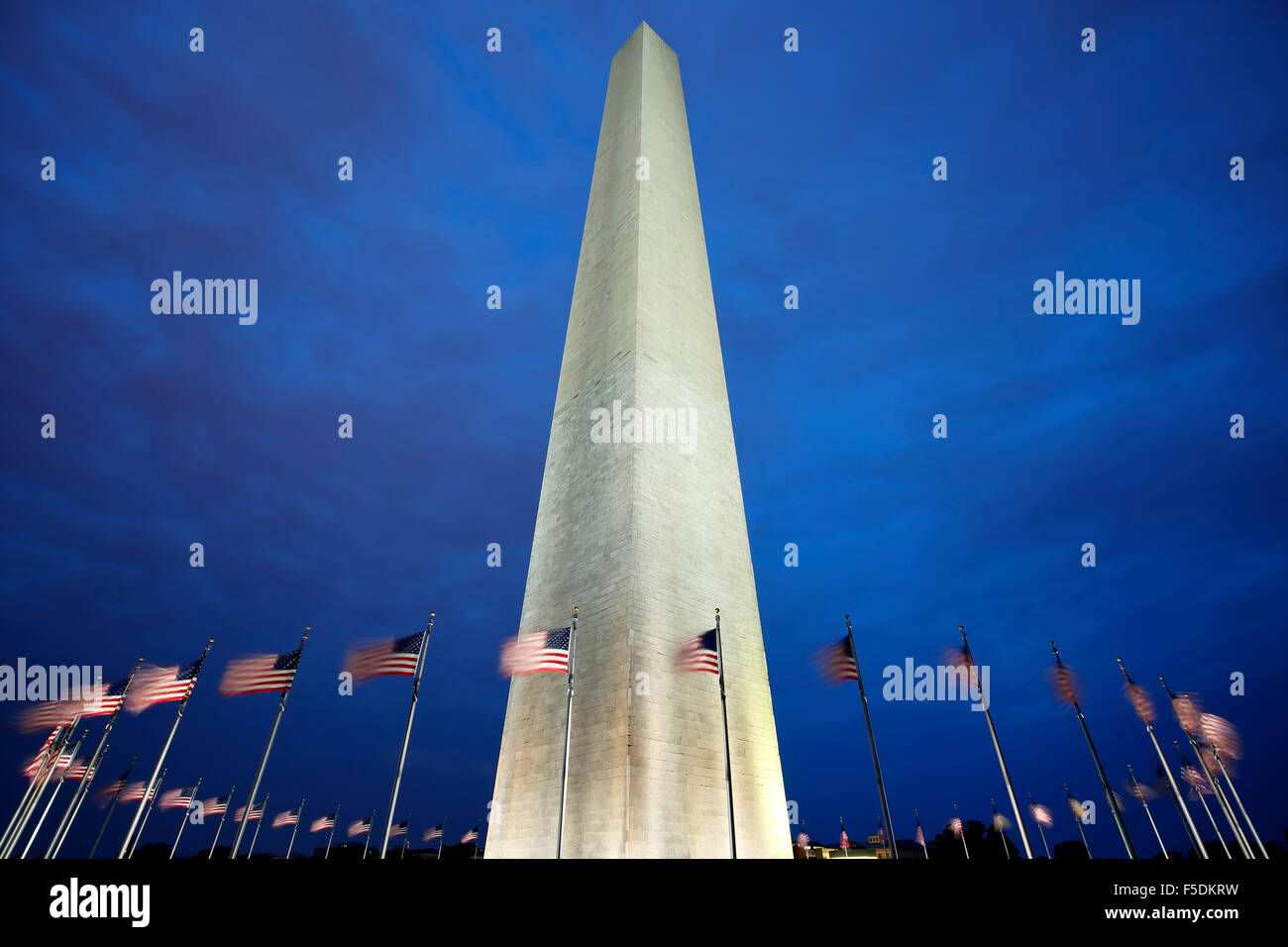 Washington Memorial e bandierine americane, Washington, Distretto di Columbia USA Immagini Stock