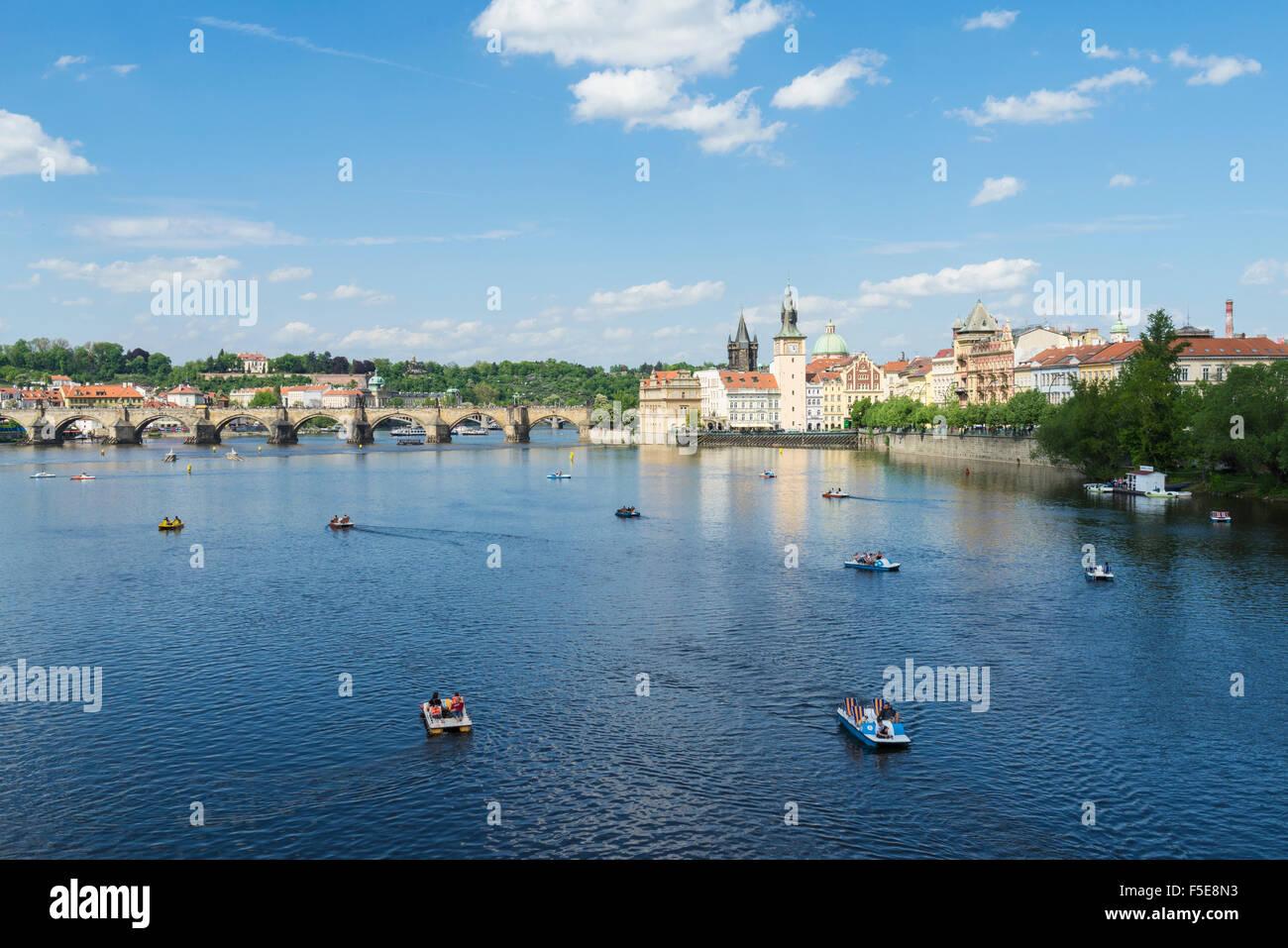 Il fiume Moldava e il Ponte Carlo su una soleggiata giornata di primavera, Praga, Repubblica Ceca, Europa Immagini Stock