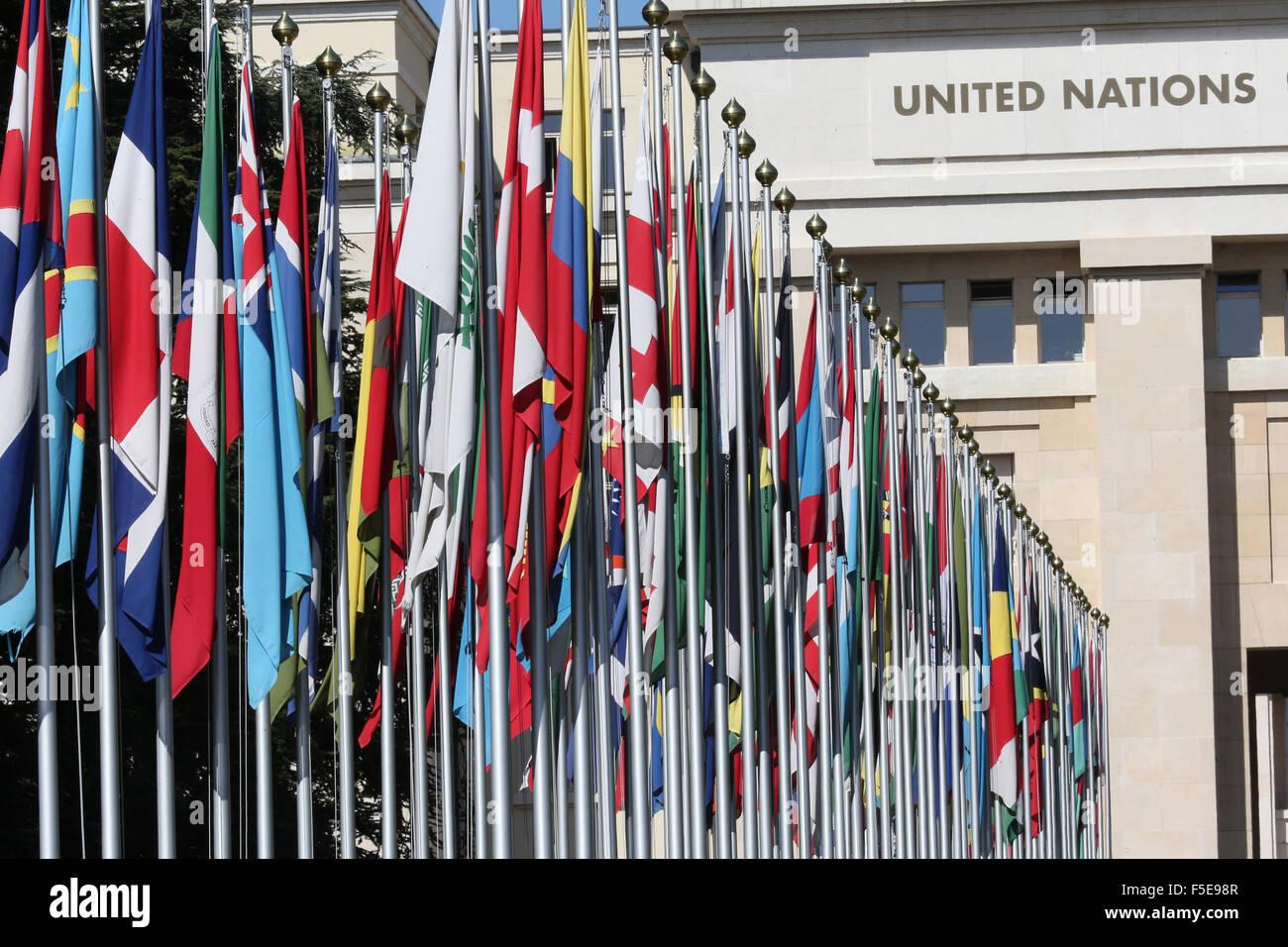 Bandiera rivestita approccio all'ingresso per le Nazioni Unite hanno sede a Ginevra, Svizzera, Europa Immagini Stock