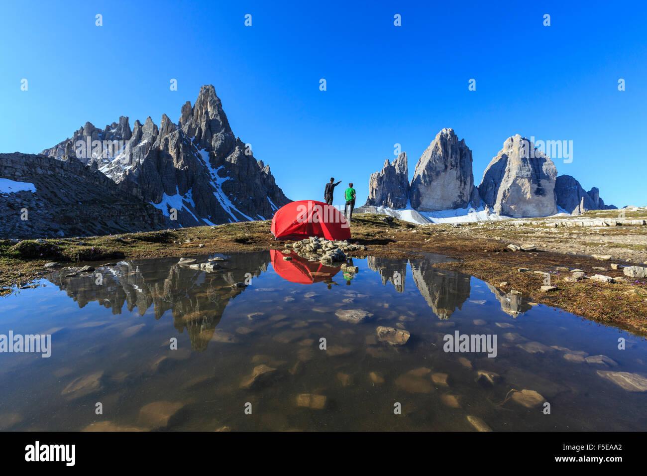 Gli escursionisti si accamparono per la notte potrete ammirare le Tre Cime di Lavaredo al risveglio, Sesto, Dolomiti, Immagini Stock