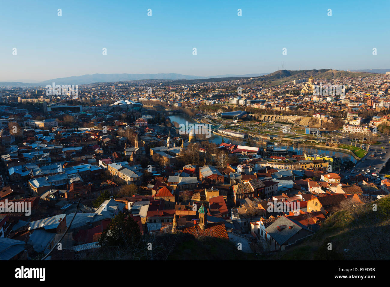 Vista sulla città, ponte di pace sul fiume Mtkvari, Tbilisi Sameda cattedrale e palazzo presidenziale, Tbilisi, Immagini Stock