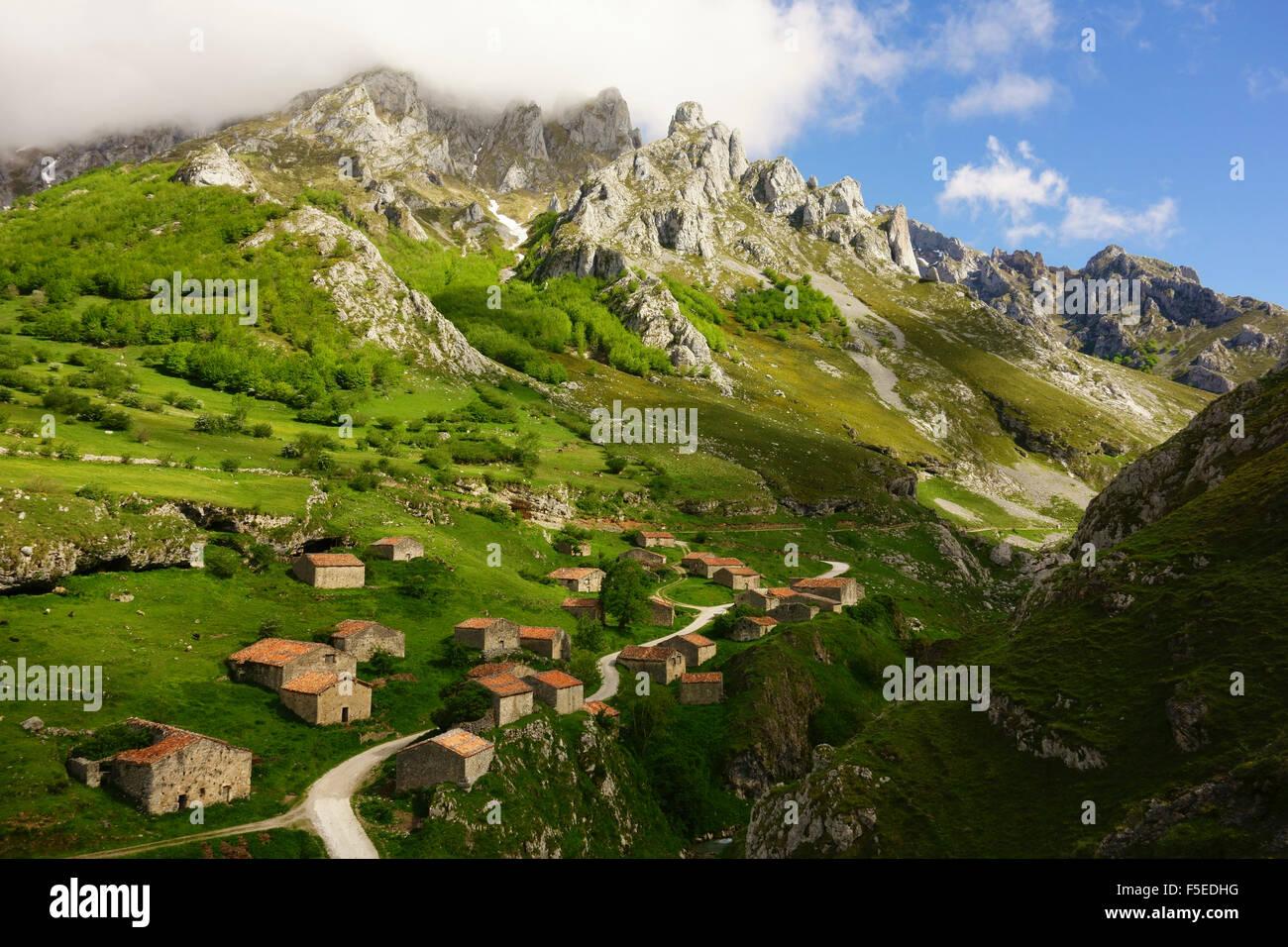 Antichi casolari vicino Sotres, Picos de Europa, Parque Nacional de los Picos de Europa, nelle Asturie, in Cantabria, Immagini Stock