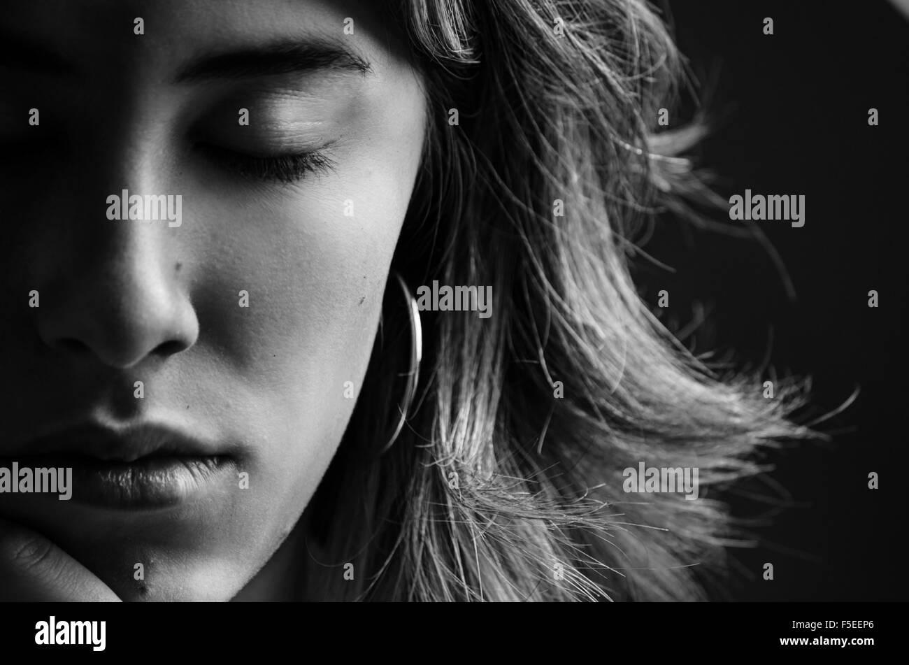 Ritratto di giovane donna con gli occhi chiusi Immagini Stock