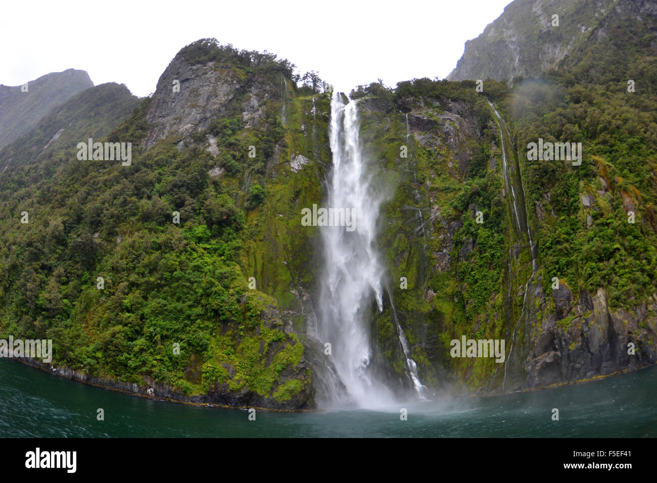 Cascata di Stirling, Milford Sound, Parco Nazionale di Fiordland, Nuova Zelanda Immagini Stock
