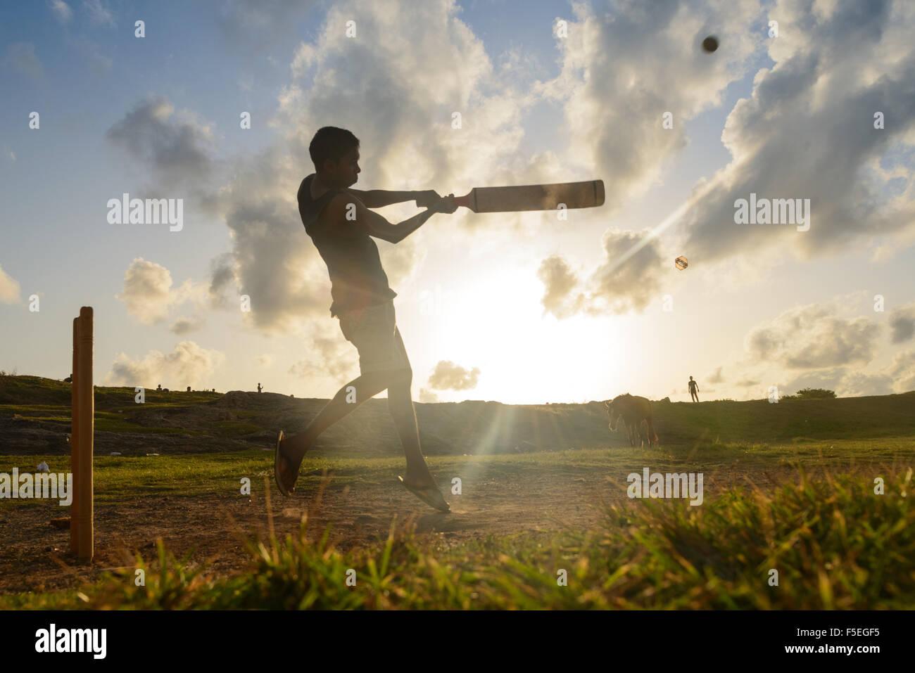 Silhouette di un uomo a giocare a cricket, Galle, Sri Lanka Immagini Stock
