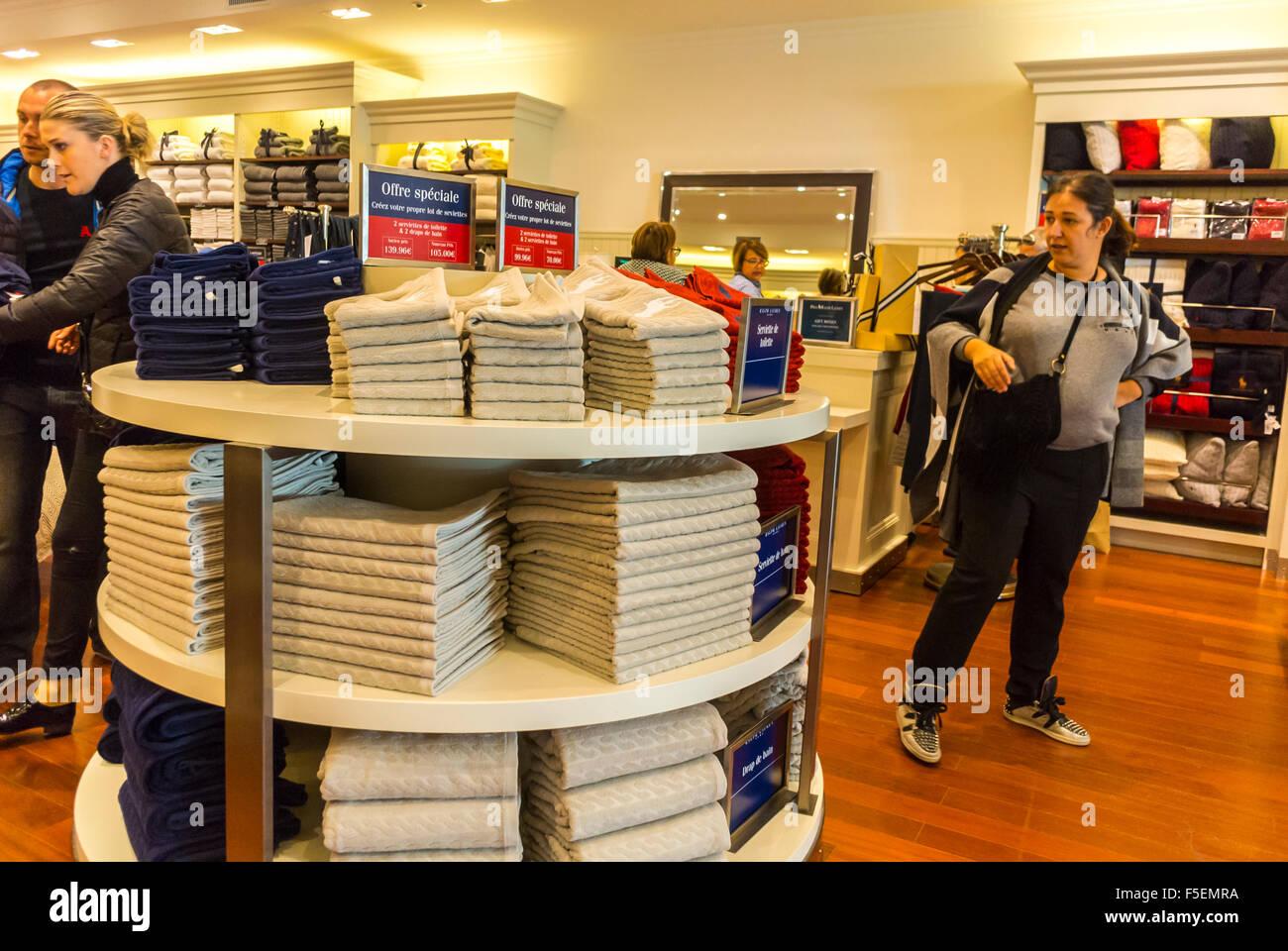 arrives 85511 2746f Parigi, Francia, donne Shopping i negozi di lusso in 'La ...