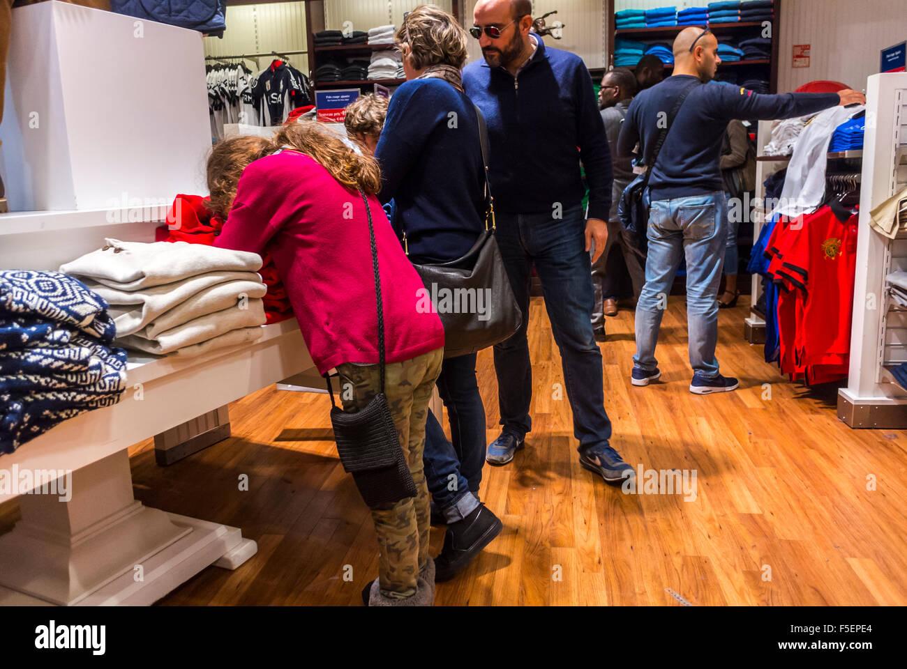 new arrival 407ae 43313 Parigi, Francia, Famiglia shopping di moda negozi di vestiti ...