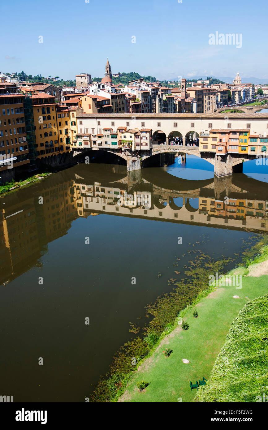 Vista del Ponte Vecchio dal Corridoio Vasariano Galleria degli Uffizi a Firenze Immagini Stock