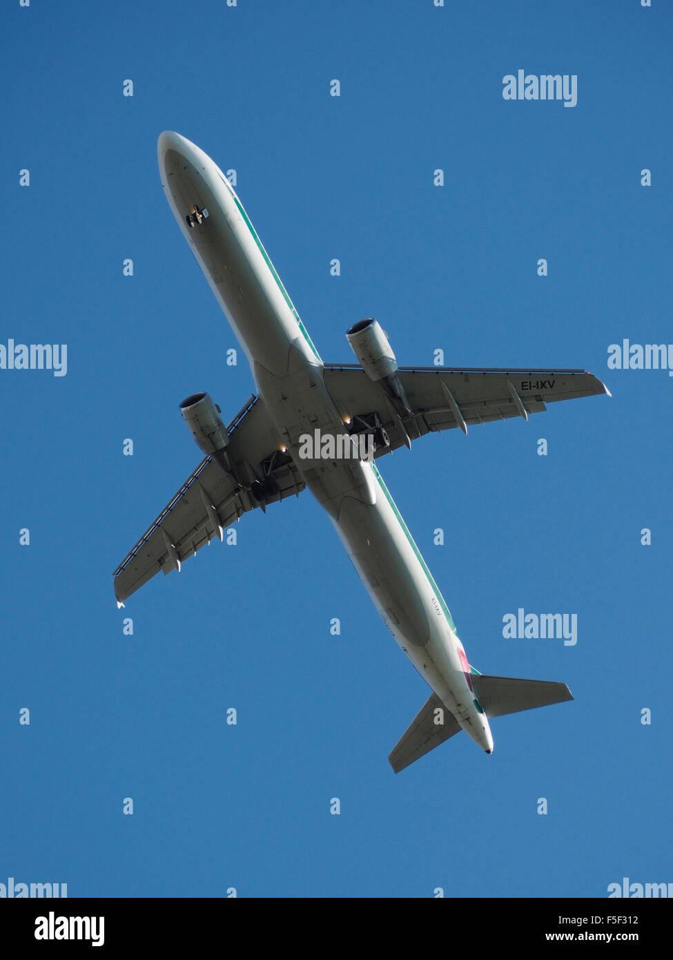 Atterraggio Airbus Altitalia visto da sotto con il blu del cielo Immagini Stock