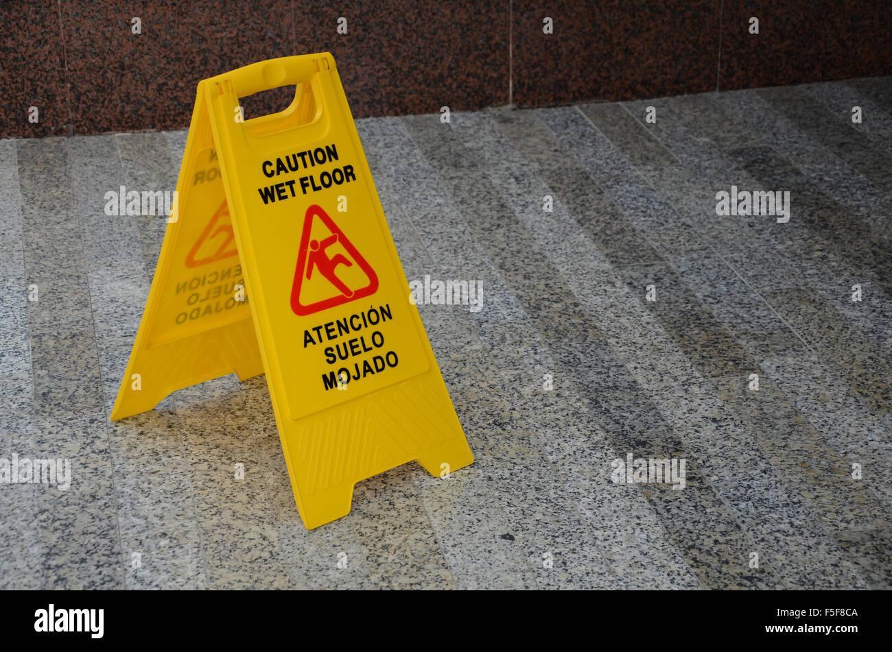 Attenzione pavimento bagnato foto & immagine stock: 89461018 alamy