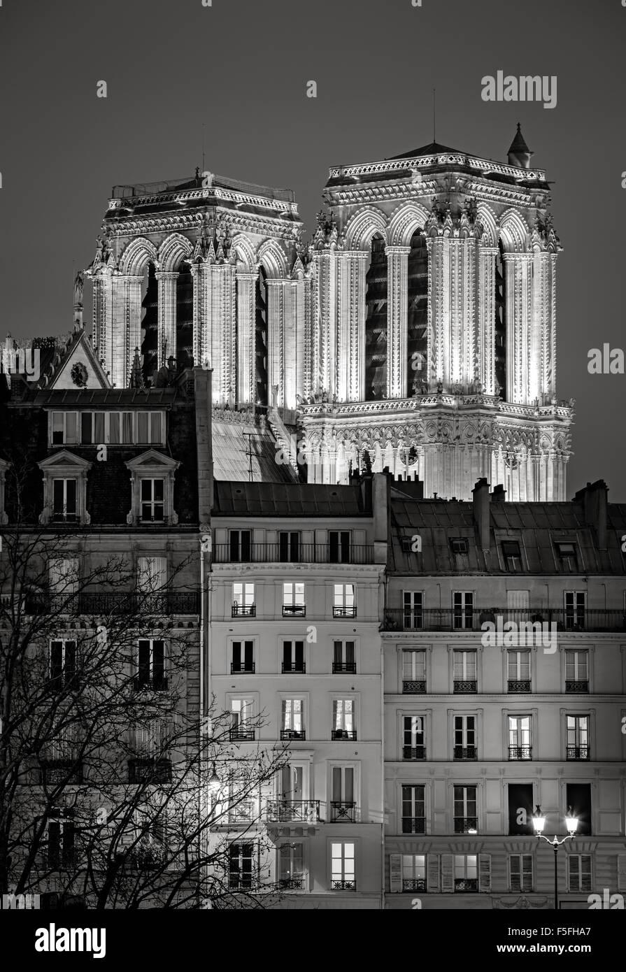 Del gotico francese le torri della cattedrale di Notre Dame de Paris illuminata di notte. Ile de la Cite, 4th Arrondissement, Immagini Stock