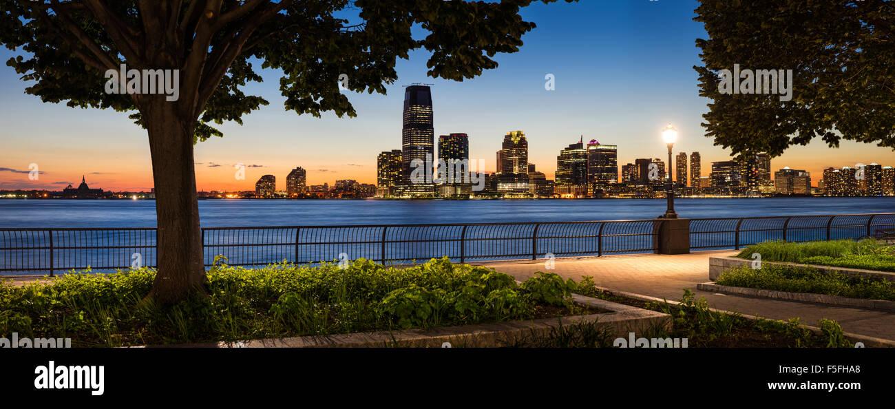 Jersey City Waterfront skyline con il Fiume Hudson da Manhattan al tramonto Immagini Stock