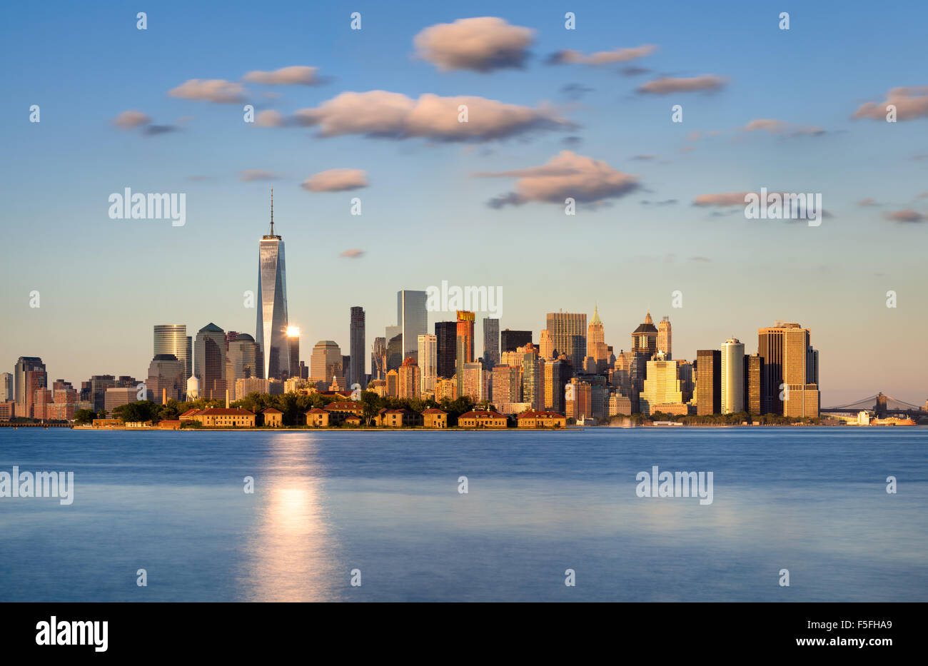 Skyline di New York City, la parte inferiore di Manhattan. Ellis Island compare di fronte al quartiere finanziario Immagini Stock