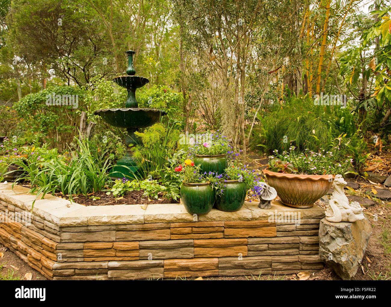 Fontana Giardino Pietra : Giardino decorativo caratteristica con un basso muro di pietra