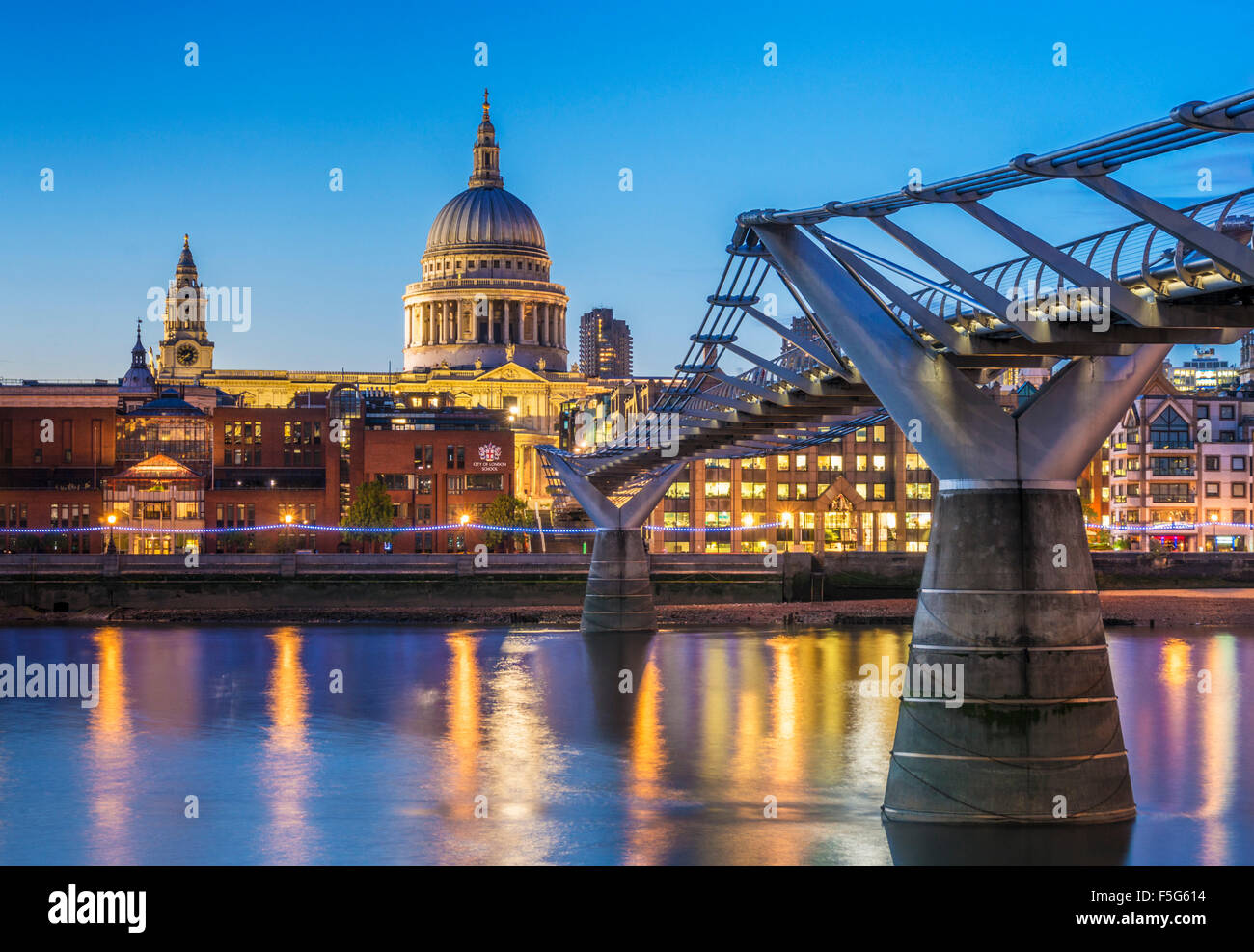 St Pauls Cathedral Millennium bridge e la City of London skyline notturno Fiume Tamigi City of London REGNO UNITO Immagini Stock