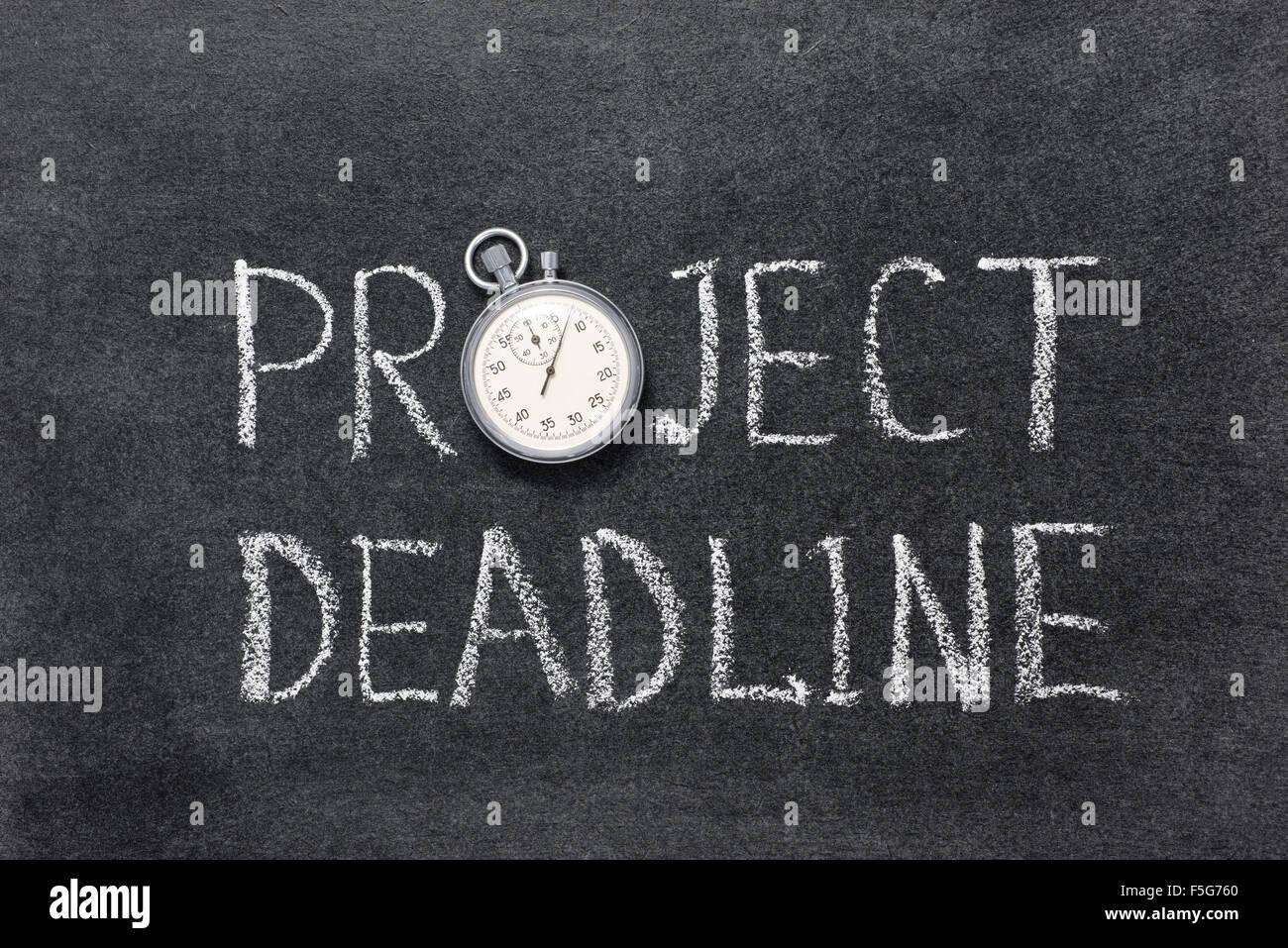 La scadenza di un progetto una frase scritta a mano sulla lavagna con vintage cronometro preciso utilizzato al posto Immagini Stock