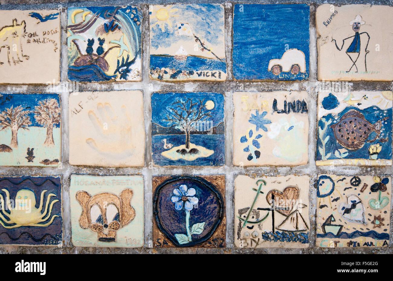 Bambini il dipinto di piastrelle in ceramica tecnica, sul Seawall in Höganäs, Svezia. Immagini Stock
