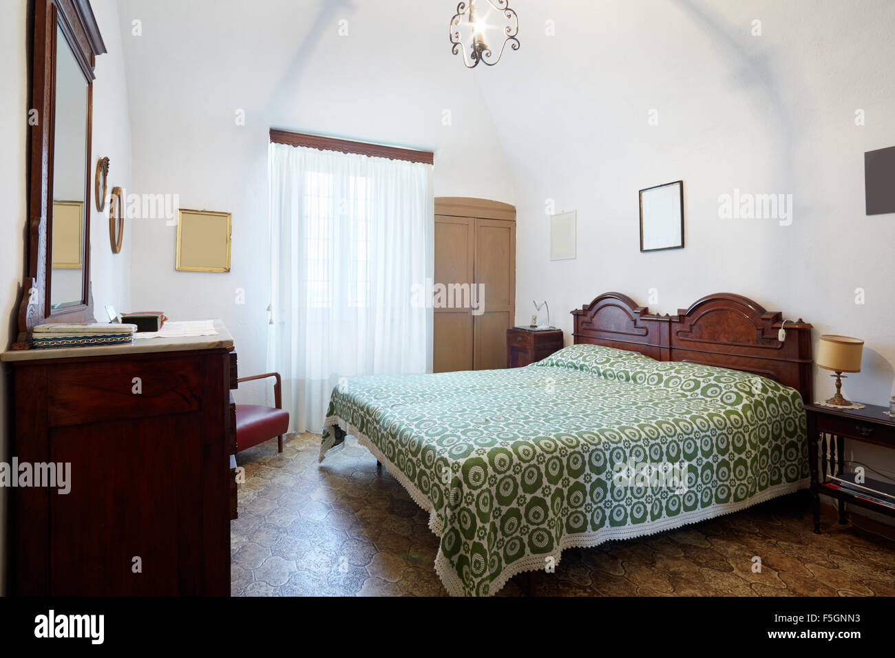 Vecchia Camera Da Letto Con Letto Matrimoniale In Antica Casa Italiana Foto Stock Alamy