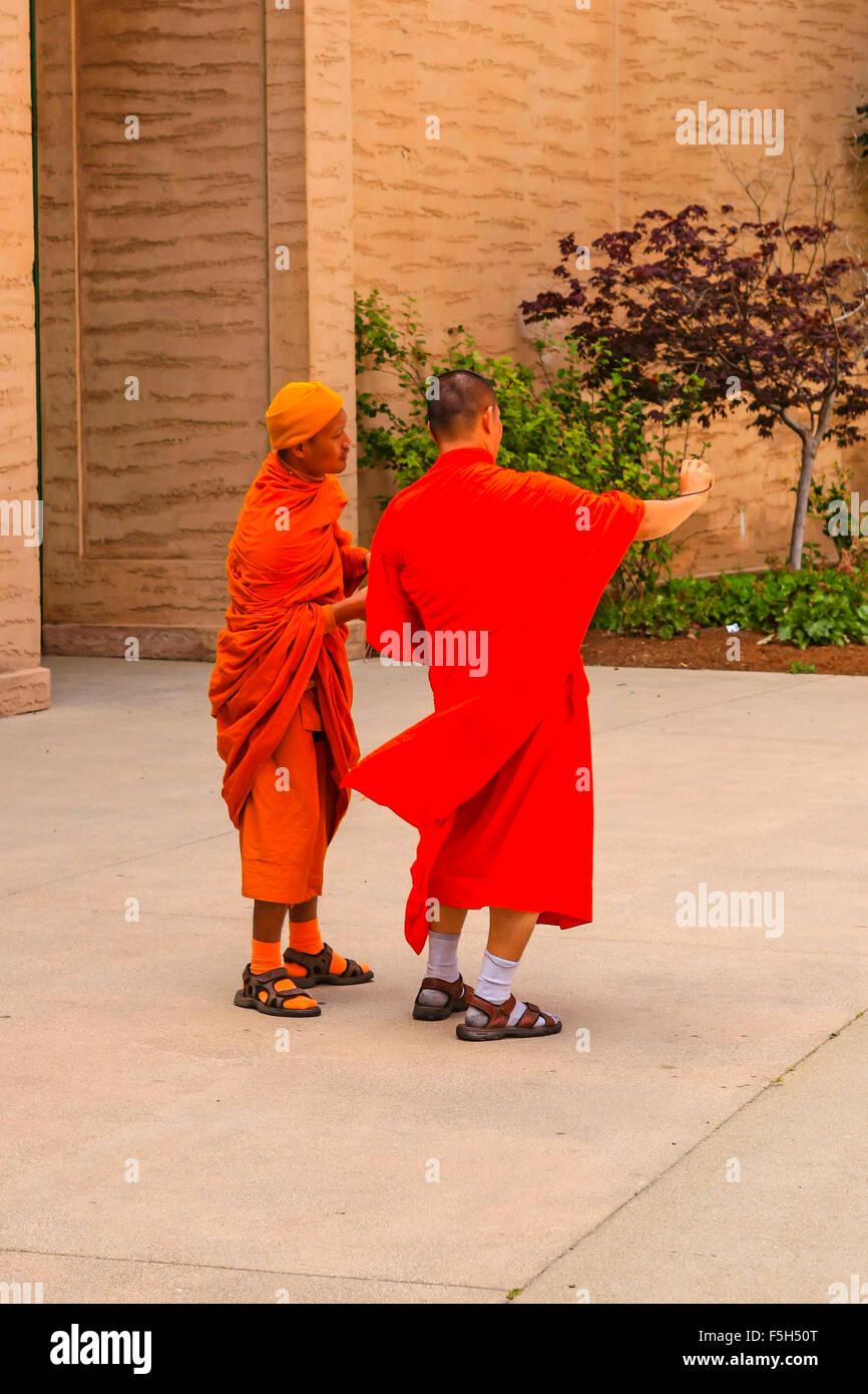 Monaci Buddist prende tourist foto con una fotocamera digitale presso il Palazzo delle Belle Arti nel quartiere Foto Stock