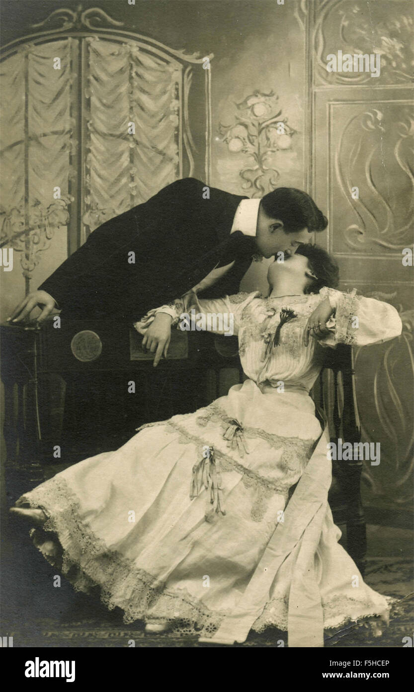 Un uomo baci una donna Immagini Stock