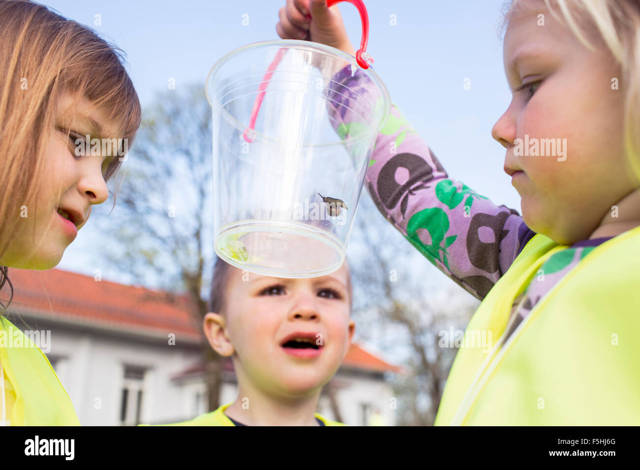 La Svezia, Vastergotland, Olofstorp, Bergum, Kindergarten bambini (2-3, 4-5) apprendimento all'aperto Immagini Stock