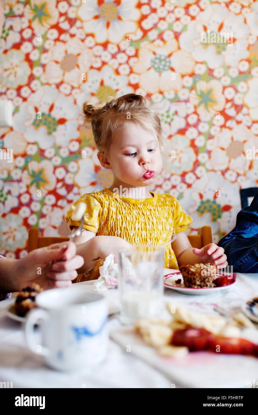 La Svezia, ragazzo (10-11) e la ragazza (2-3) di mangiare la torta Immagini Stock