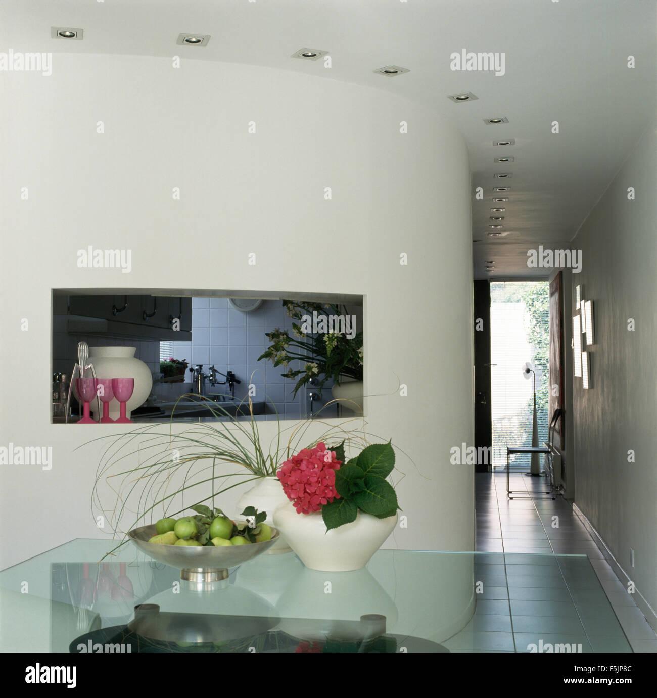 Stile giapponese composizioni floreali su un ripiano in vetro nella ...