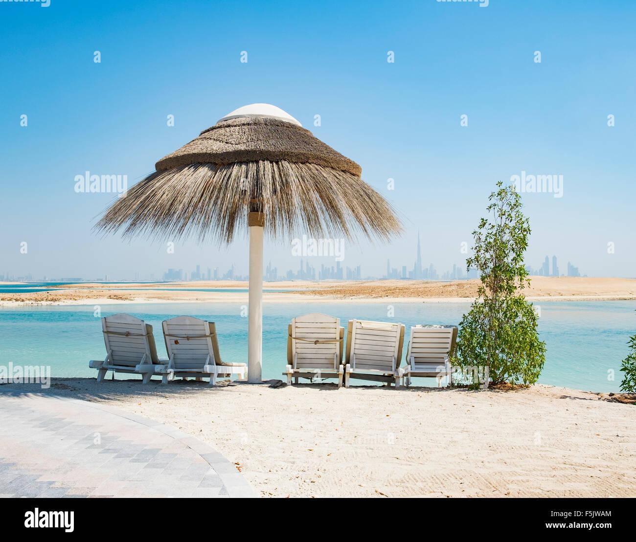 Vista dell'isola il Libano beach resort su un uomo fatto isola, parte del mondo fuori della costa di Dubai negli Immagini Stock