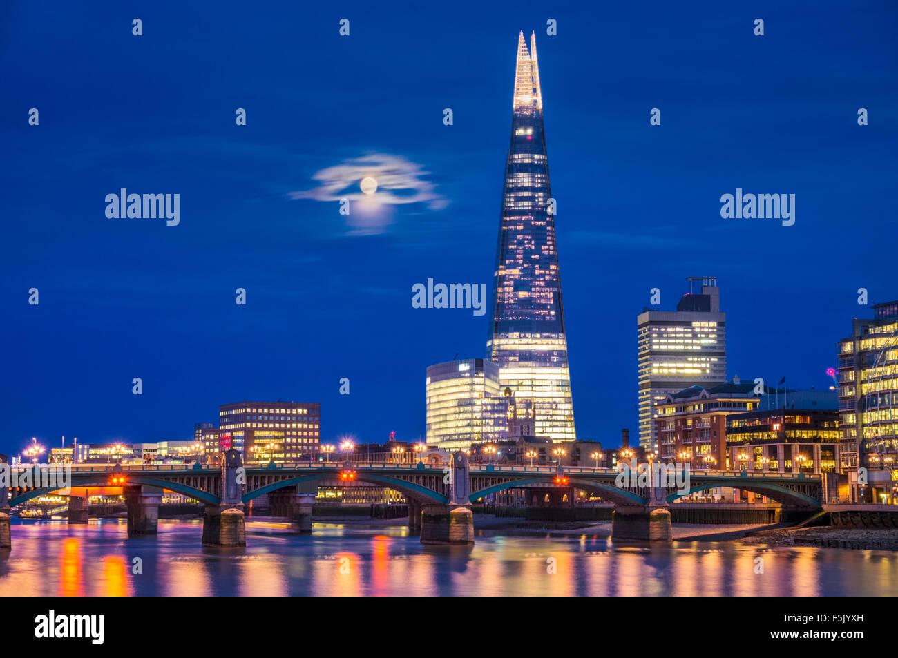 La Shard e sullo skyline di notte Sunset City of London South Bank southwark Londra Inghilterra REGNO UNITO GB EU Foto Stock